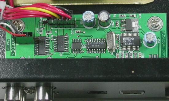 USB接口部分,采用了BB PCM2704主芯片,在SVUSC01电子管声卡中,采用的是BB PCM2702主芯片,PCM 2704和PCM 2702的差异是前者提供了SPDIF格式的数字音频输出,而后者没有提供。按下数字源选择按钮时,通过高速的数字开关74F153协同轻触开关进行USB、同轴、光纤三个数字输入源之间的切换。USB声卡部分使用了独立的稳压芯片对主芯片PCM2704单独供电。
